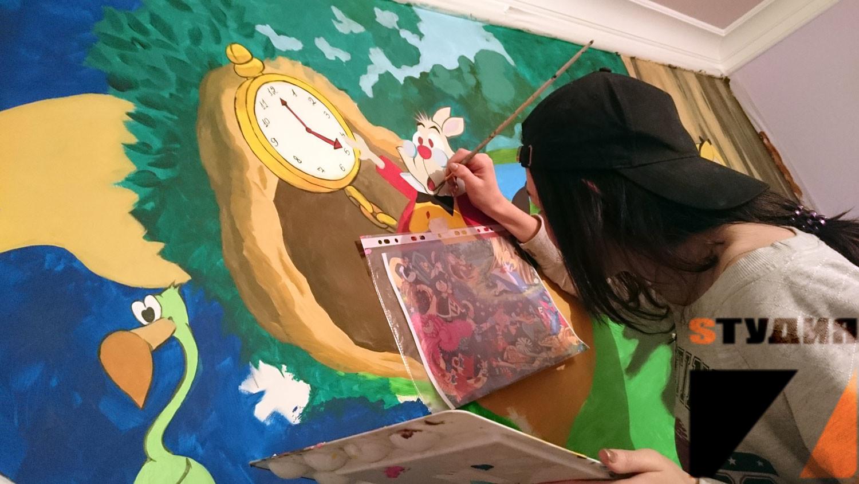 Роспись стен «Алиса в стране чудес» в детской комнате