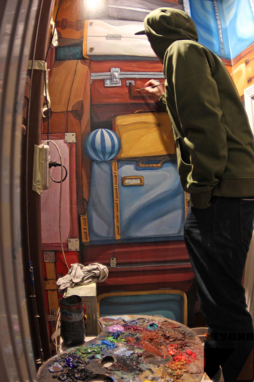 Роспись стен Коллекция дорожных сумок и чемоданов в шахте лифта