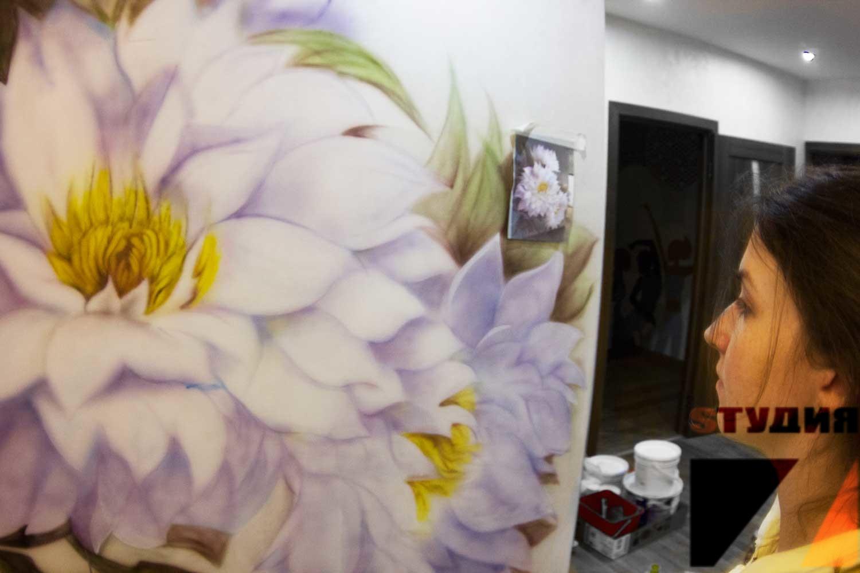 Роспись стен Цветы в прихожей